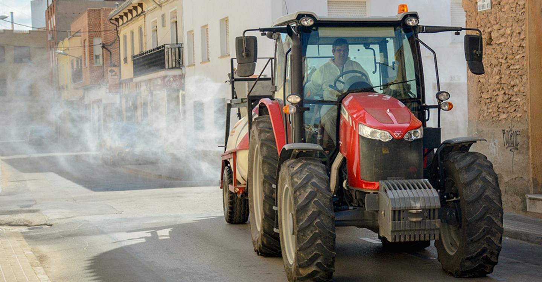 """Los agricultores de Tomelloso que participaron en la desinfección de calles serán los """"Vendimiadores del Año"""" por su trabajo altruista en la lucha contra el COVID"""
