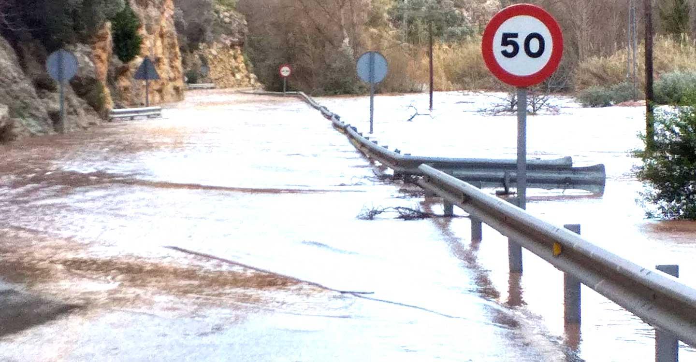 El Gobierno regional ha restablecido el tráfico en la CM-3203 entre Ayna y Elche de la Sierra que quedó cortada por el desbordamiento del río Mundo