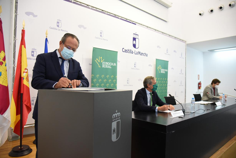 Más beneficiarios y una formación más prolongada y con tutor, principales mejoras del convenio suscrito entre Gobierno regional, Eurocaja Rural y CIEES