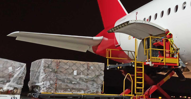 El primer avión del Corredor Aéreo Sanitario ha llegado ya a España con 3 millones de mascarillas para hospitales
