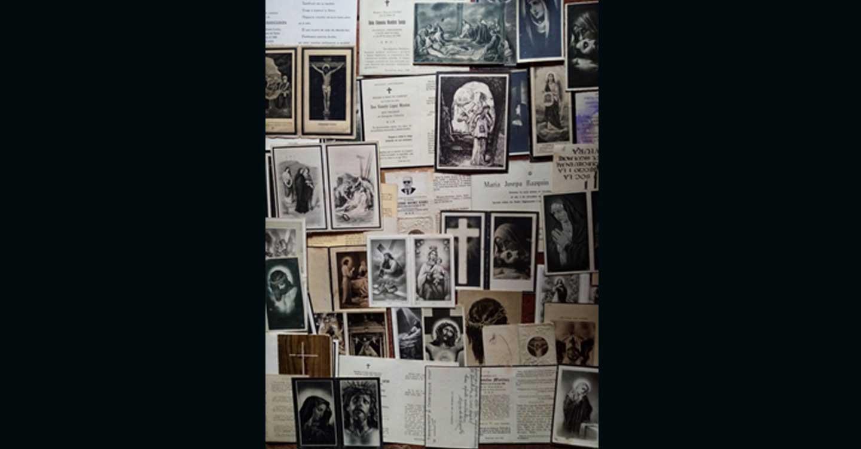 Más de un centenar de recordatorios funerarios, entre basura y matojos